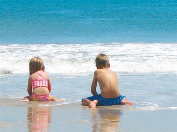 Τι δεν πρέπει να κάνετε στο παιδί σας στη θάλασσα ή στην πισίνα