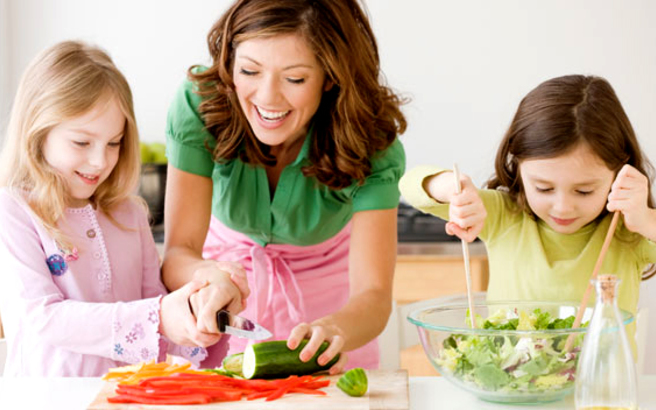 Πώς να κάνετε τα παιδιά σας να φάνε «δύσκολα» φαγητά