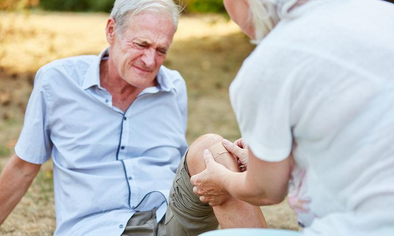 Πτώσεις ηλικιωμένων το καλοκαίρι Τι τις προκαλεί και πώς μπορούν να αποφευχθούν;
