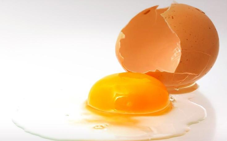 Καθαρίστε εύκολα τον λεκέ από αυγό