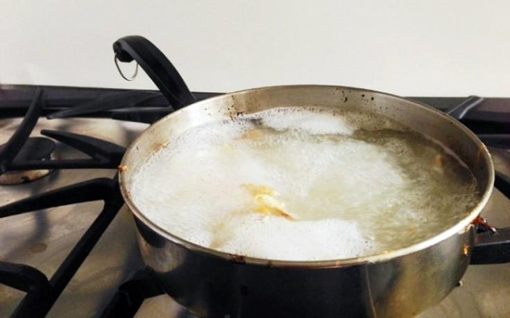 Πώς να εξαφανίσετε τα καμένα λίπη από τα σκεύη