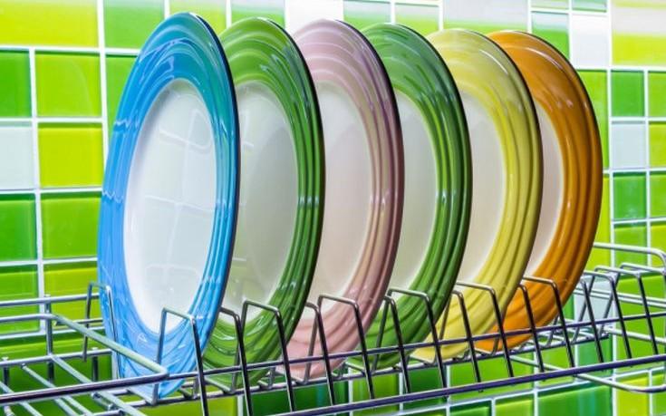 Τρεις συνήθειες που καταστρέφουν τα πιάτα και τα ποτήρια