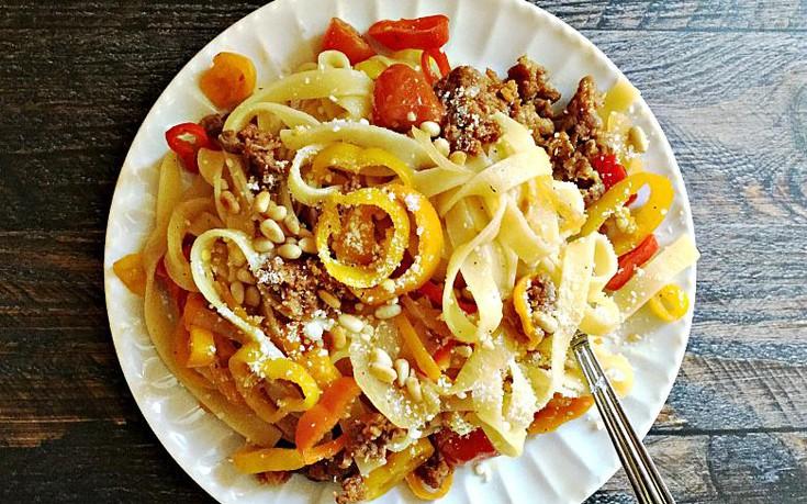 Χυλοπίτες με λουκάνικα και πιπεριές