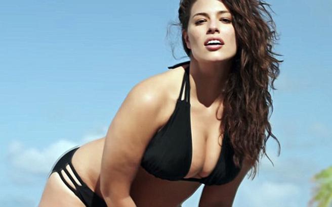 Η Ashley Graham ποζάρει topless στην πισίνα