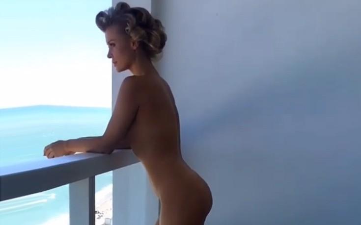 Ολόγυμνη στο μπαλκόνι η Joanna Krupa