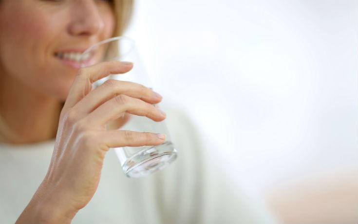 Πόσα ποτήρια νερό την ημέρα μειώνουν τον κίνδυνο για καρδιακή προσβολή