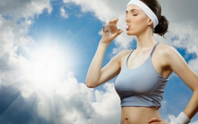 Πόσο νερό πρέπει να πίνετε πριν και μετά τη γυμναστική