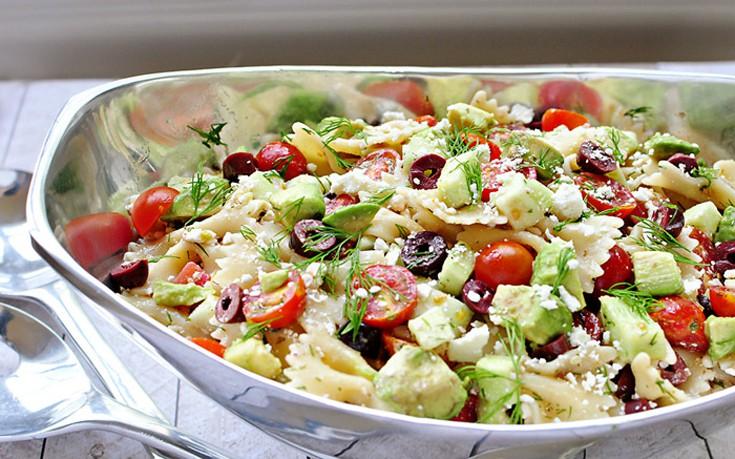 Σαλάτα με μακαρόνια, ντοματίνια και αγγούρι