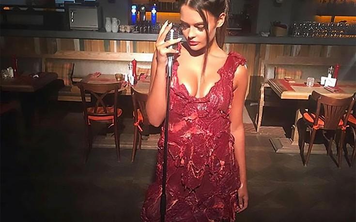 Το φόρεμα από ωμό κρέας που άρχισε να σαπίζει κάτω από τα φώτα