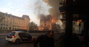 Οι Γάλλοι παρακολουθούν συγκλονισμένοι την τραγωδία με την Παναγία των Παρισίων