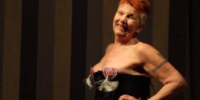 Μία συντηρητική 70χρονη ανακάλυψε τα καμπαρέ και έγινε η «σκανδαλιάρα γιαγιά» των νυχτερινών σόου