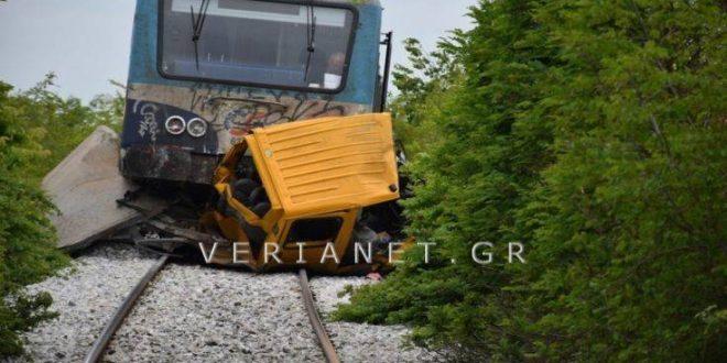 Οι πρώτες φωτογραφίες από το τρένο που συγκρούστηκε με όχημα στη Βέροια