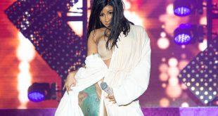 Cardi B: Σκίστηκε η φόρμα της στη σκηνή και βγήκε με το μπουρνούζι