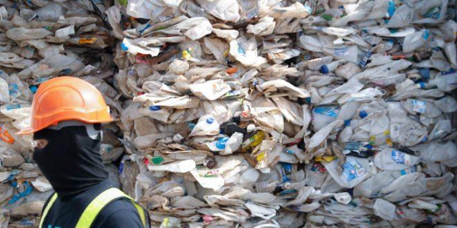 Πόσα γραμμάρια πλαστικό καταπίνει κάθε εβδομάδα ο άνθρωπος
