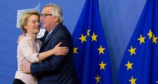 Αγκαλιές και χαμόγελα στην πρώτη συνάντηση Γιούνκερ - φον ντερ Λάιεν