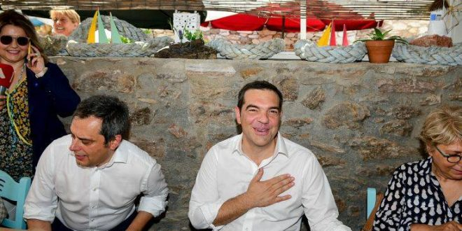 Χαλαρός για ούζα με τους δημοσιογράφους ο Αλέξης Τσίπρας
