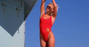 Η Πάμελα Άντερσον αποκάλυψε τι έχει κάνει το κόκκινο μαγιό από το Baywatch