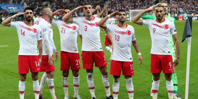 Οι Τούρκοι παίκτες χαιρέτισαν πάλι στρατιωτικά και οι οπαδοί ανταποκρίθηκαν