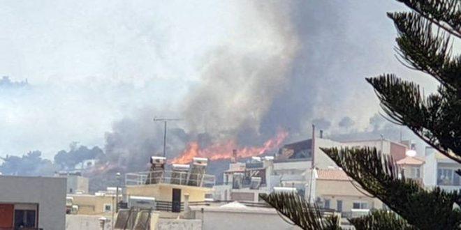 Φωτιά καίει κοντά σε σπίτια στο Ρέθυμνο