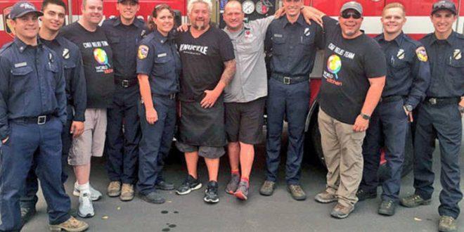 Ο Γκάι Φιέρι μαγειρεύει για τους πυροσβέστες που «παλεύουν» με τις φλόγες στην Καλιφόρνια