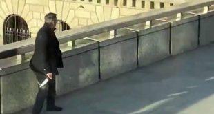 Επίθεση στο Λονδίνο: Εικόνες δείχνουν άντρα να αρπάζει από τον δράστη ένα τεράστιο μαχαίρι