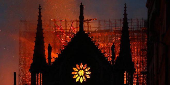 Η πυρκαγιά στην Παναγία των Παρισίων έβαλε «φωτιά» στο twitter