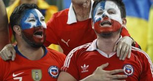 Αντίπαλοι οπαδοί στη Χιλή τραγουδούν κατά του Πινιέρα: «Δολοφόνος σαν τον Πινοσέτ»