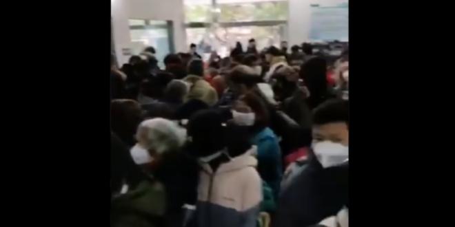 Στοιβαγμένοι στα νοσοκομεία χιλιάδες άνθρωποι στην Ουχάν περιμένουν να εξεταστούν για τον κοροναϊό