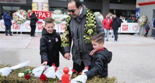 Πατέρας με κασκόλ της ΑΕΚ τίμησε με τους γιους του τα θύματα της Θύρας 7