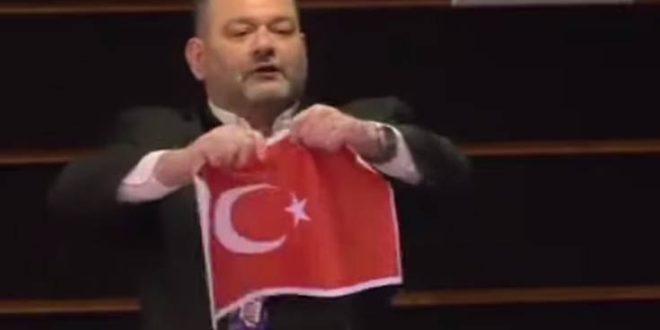 Αμετανόητος ο Γιάννης Λαγός: Δεν απολογούμαι που έσκισα την τουρκική σημαία