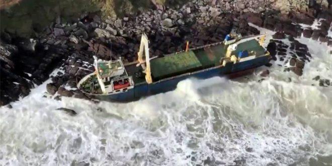 Πλοίο-φάντασμα που έπλεε στον Ατλαντικό για πάνω από έναν χρόνο ξεβράστηκε στην Ιρλανδία