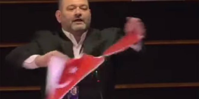 «Καμπάνα» από το Ευρωκοινοβούλιο στον Γιάννη Λαγό για το σκίσιμο της τουρκικής σημαίας