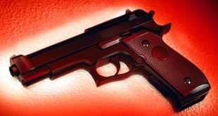 Μπέιμπι σίτερ πυροβόλησε και τραυμάτισε 10χρονο αγόρι ενώ τραβούσε... σέλφι