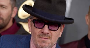 Elvis Costello: Με ένα τραγούδι βοηθάει στη μάχη κατά του κορονοϊού