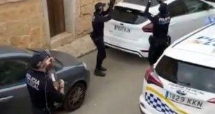 Κορονοϊός Ισπανία: Νότα αισιοδοξίας - Αστυνομικοί βγαίνουν στους δρόμους και τραγουδούν
