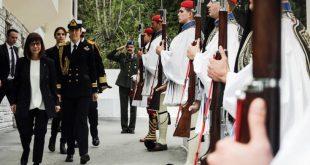 Επίσκεψη Σακελλαροπούλου στην Προεδρική Φρουρά: «Συμβολίζει τους αγώνες και τις θυσίες του ελληνικού λαού»