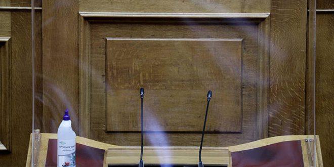 Εικόνες από τη Βουλή που έβαλαν προστατευτικό τζάμι στο βήμα λόγω κορονοϊού