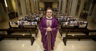 Ιταλία - Κορονοϊός: Ιερέας γέμισε την εκκλησία με φωτογραφίες πιστών