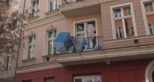 Κορονοϊός: Καλλιτέχνες στο Βερολίνο κρεμάνε τα έργα τους στα μπαλκόνια τους