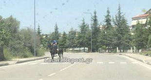 Καβάλησε το άλογό του και βόλταρε στο κέντρο της Λαμίας