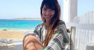 Η Ηλιάνα Παπαγεωργίου κατεβάζει το φόρεμά της και μπαίνει στη θάλασσα