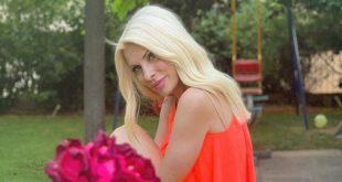 Η Ελένη Μενεγάκη ποζάρει στον εντυπωσιακό κήπο του σπιτιού της