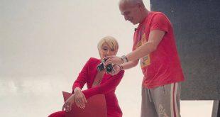 Η Σία Κοσιώνη φωτογραφίζεται με κατακόκκινο κοστούμι για τη νέα σεζόν