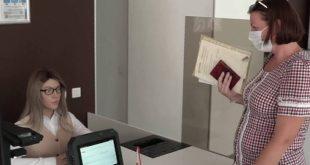 Ένα ρομπότ – υπάλληλος με ξανθά μαλλιά σε δημόσια υπηρεσία της Σιβηρίας