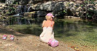 Ελένη Mενεγάκη: Ποζάρει φορώντας το ροζ καπέλο της κόρης της Μαρίνας