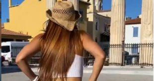 Ισπανίδα γυμνάστρια κατέβασε το σορτσάκι της και πόζαρε στο κέντρο της Αθήνας