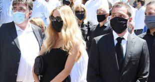 Κηδεία Σάββα Θεοδωρίδη: Συγκινημένη η Δούκισσα Νομικού στο πλευρό του συζύγου της