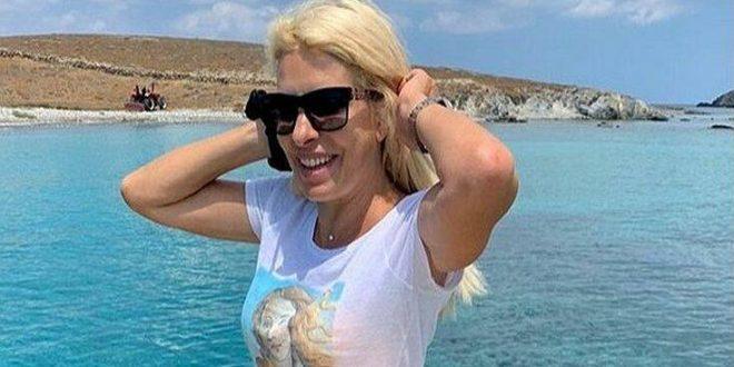 Η Ελένη Μενεγάκη ποζάρει με φόντο το απέραντο γαλάζιο
