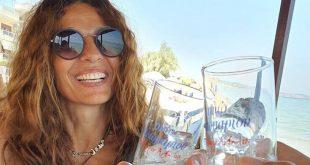 Πόπη Τσαπανίδου: Για ουζάκια με την κόρη της δίπλα στη θάλασσα