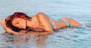 Μαίρη Συνατσάκη: Γυμνή στη θάλασσα μόνο με τα βατραχοπέδιλά της